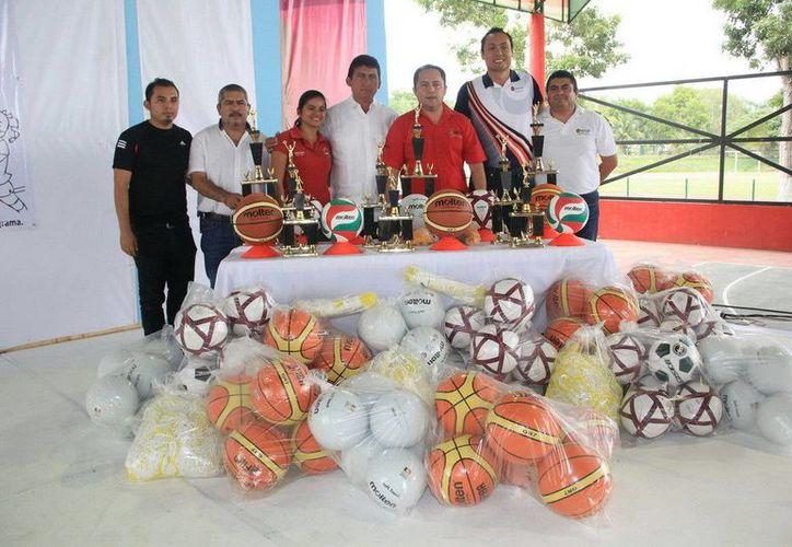 Entrega de material deportivo en las diversas escuelas que forman parte del programa federal. (Redaccón/SIPSE)