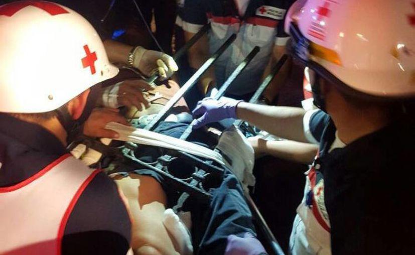 Paramédicos de la Cruz Roja y de la Policía Municipal auxiliaron al indigente. (Jorge Acosta/SIPSE)