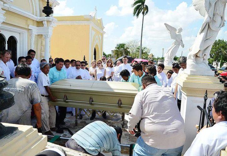 El féretro del padre  Jorge Antonio Laviada Molina fue depositado en el Mausoleo del Clero en el Cementerio General. (Milenio Novedades)