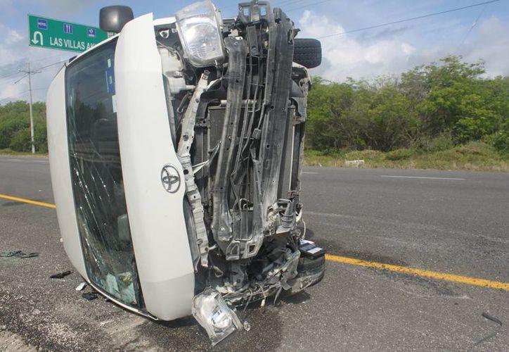 Una Van de transporte turístico volcó en el tramo carretero Tulum-Playa del Carmen. (Redacción/SIPSE)