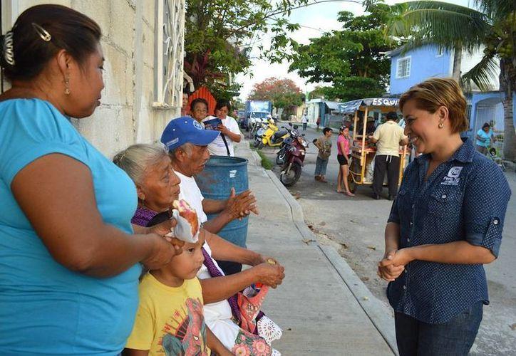 Candidata durante su caminata en la colonia Andrés Quintana Roo. (Julián Miranda/SIPSE)