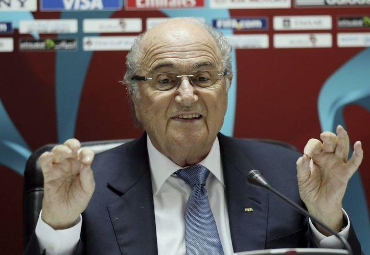 En Abu Dhabi, el presidente de FIFA, Joseph Blatter dejó entrever que se lanzaría a un nuevo periodo al frente del organismo. (EFE)