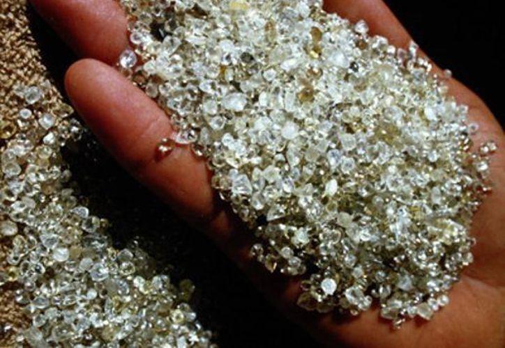 Las joyas aseguradas al sujeto que se dirigía a Dubai valen unos 30 mdp.(www.zenzi.org)