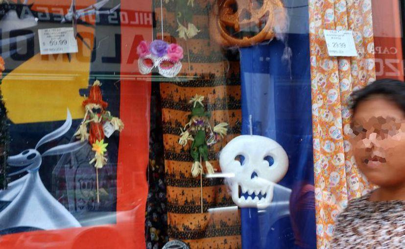 Los adornos alusivos al Halloween ya se encuentran en los aparadores de las tiendas del Centro Histórico de Mérida. (Milenio Novedades)