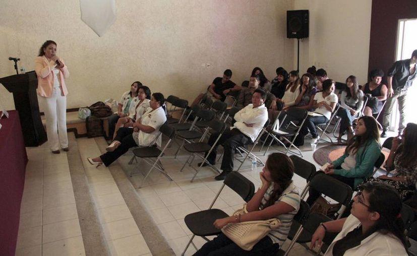 Alejandra Zambrano Mendoza, directora de la Unidad, comentó que iniciarán con una reunión con padres de familia en cuatro centros escolares. (Tomás Álvarez/SIPSE)