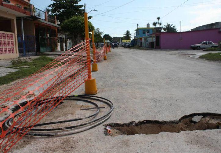 La ruptura de calles de Chetumal, ocasiona que decenas de niños y niñas se expongan a daños físicos por las zangas. (Enrique Mena/SIPSE)
