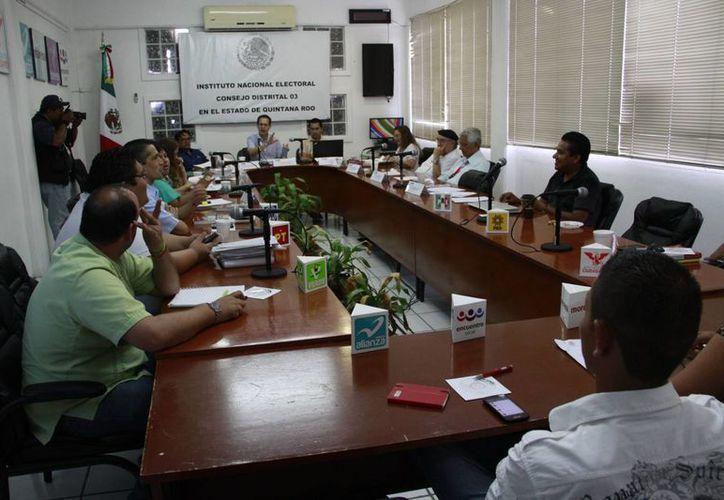 Representantes de partidos políticos en la Junta Distrital 03 del Instituto Nacional Electoral. (Tomás Álvarez/SIPSE)