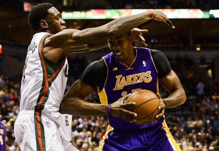 El jugador de los Lakers Dwight Howard ante Larry Sanders de los Bucks. (Foto: EFE)