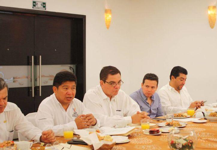 El titular del Instituto de Vivienda del Estado de Yucatán (IVEY), César Escobedo May (segundo desde la izquierda), exhortó a los miembros de la Comisión Consultiva Regional a continuar creando proyectos para acercar opciones de crédito hipotecario a quienes más lo necesitan. (Foto cortesía del Gobierno de Yucatán)
