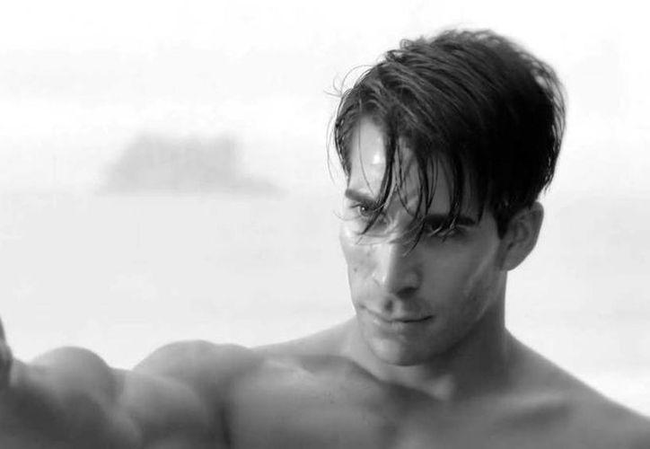 El modelo venezolano Adrián Lara personifica a wachú en un anuncio comercial televisivo. (captura de pantalla)