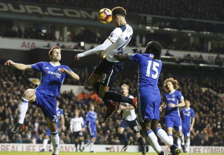 Con dos goles de Dele Alli (de blanco), el Tottenham paró en seco en Londres la gran racha de victorias del Chelsea en la Liga Premier. Sin embargo Chelsea sigue líder con 49 puntos, por 44 de Liverpool y 42 de Tottenham y Manchester City. (AP)