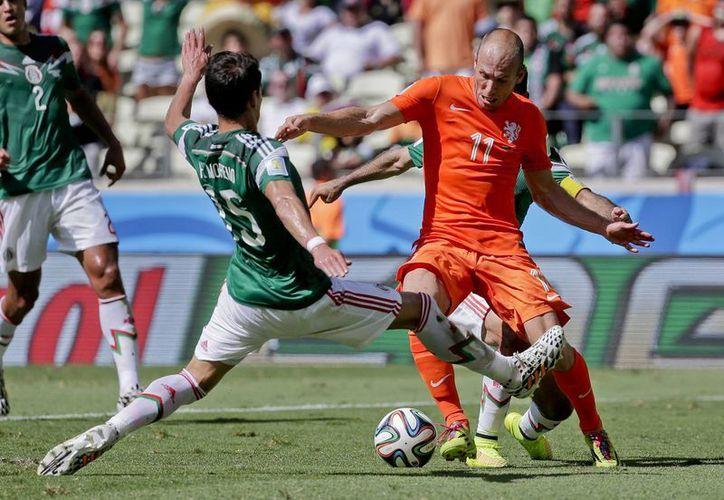 Moreno (de espaldas) se fracturó una pierna al barrerse para tratar de frenar a Robben. (Foto: AP)
