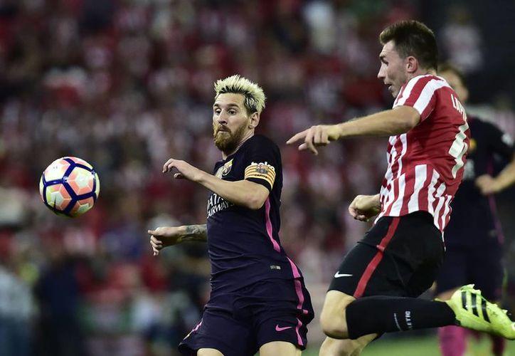 Messi (i) jugará este jueves por primera vez con la Selección Argentina desde que perdiera la final de la Copa América Centenario ante Chile en EU. (EFE)