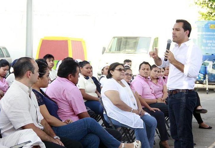 El candidato del PAN a la alcaldía de Mérida, Mauricio Vila Dosal, platica con trabajadores de la fábrica de botanas La Lupita. (SIPSE)