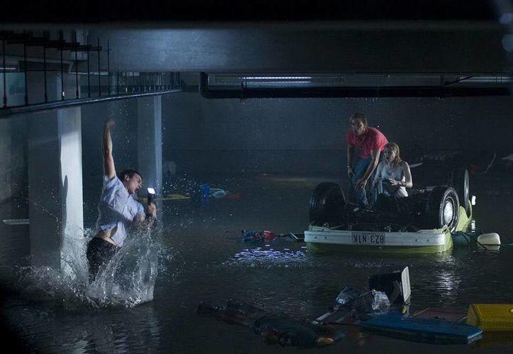 La cinta <i>Bait </i> (foto) narra la historia de varios sobrevivientes de un tsunami que tienen que 'lidiar' con un tiburón. Es la precuela de <i>Deep Water</i>, cinta cuyo estreno se retrasó por la tragedia del avión de Malaysia Airlines. (aceshowbiz.com)</i>