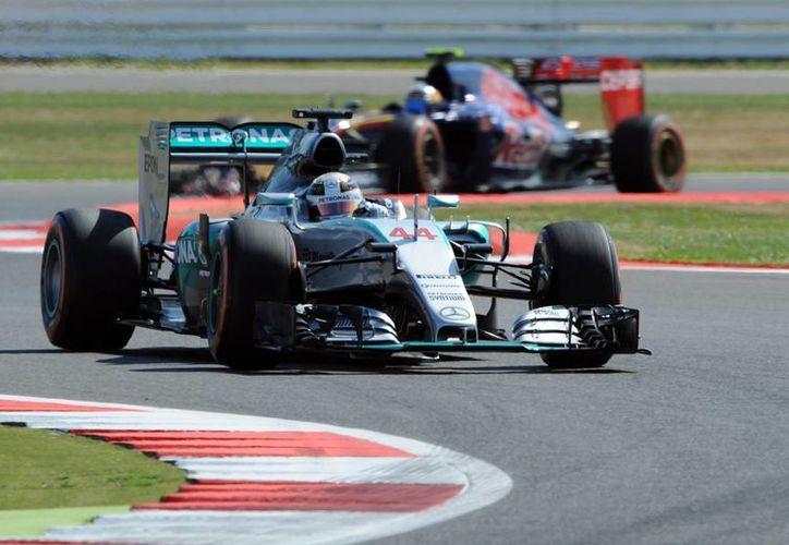 El piloto inglés Lewis Hamilton ganó una pole más. Esta vez en Silverstone, con lo que llegó a 46 y ahora solo está por detrás de dos grandes históricos: Michael Schumacher y Ayrton Senna. (Foto: AP)
