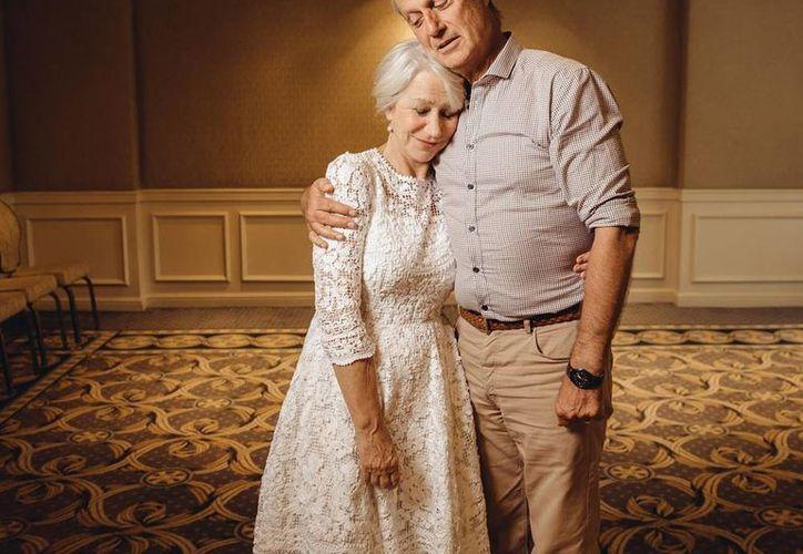 """Helen Mirren y Lasse Hallstrom se abrazan durante la presentación de """"The Hundred-Foot Journey"""". (AP)"""
