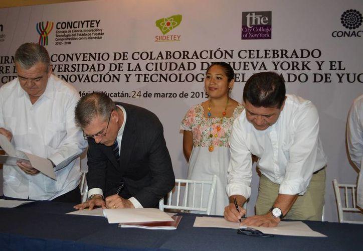 La firma del acuerdo entre el Parque Científico y Tecnológico de Yucatán y la Universidad de la Ciudad de Nueva York. (Notimex)