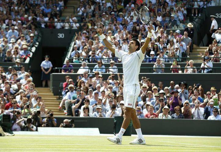 Novak Djokovic, quien celebra el haber eliminado a Kevin Anderson en el Abierto de Wimbledon, tal vez no compita con su selección nacional en Copa Davis, porque las fechas de ambos torneos están muy cerca. (Foto: AP)