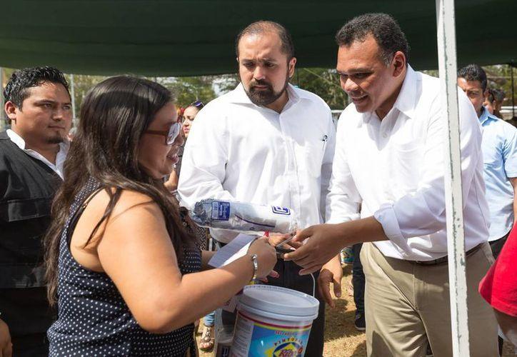 Entre sus actividades del domingo, el gobernador encabezó el arranque de la segunda etapa de Pintando tu bienestar. (SIPSE)