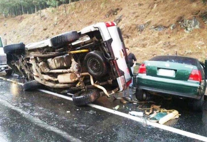 El vehículo que recibió el impacto quedó desbaratado, todos los pasajeros fallecieron. Los acusados del accidente sufrieron lesiones y al momento de ser atendidos por la Cruz Roja amagaron al paramédico para poder huir. (@vozmichoacan)