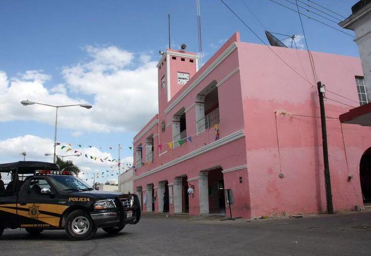 Los detenidos fueron llevados primero al comisariado municipal, custodiados por policías estatales y soldados, para posteriormente ser trasladados a Mérida y ser puestos a disposición del Ministerio Público Federal, acusados de delitos ambientales. Imagen del Ayuntamiento de El Cuyo. (Milenio Novedades)