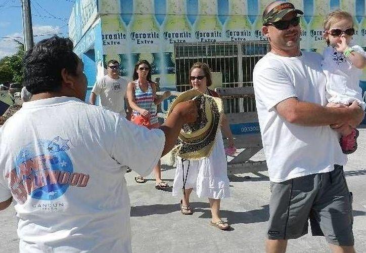 Unos 300 turistas del Carnival Elation se quedaron en Progreso. Algunos recorrieron las zonas de tiendas, pero otros prefirieron la playa. (SIPSE)