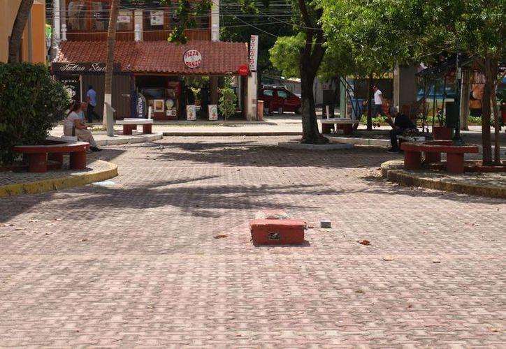 Los propietarios de puestos fijos y semifijos de la Quinta Avenida serán colocados en el Callejón del Arte. (Adrián Barreto/SIPSE)