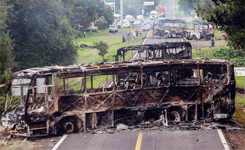 La CNTE se deslinda de los actos de los estudiantes como el plagio de autobuses y la quema de destrozo de vehículos.(Excelsior/Cuartoscuro)