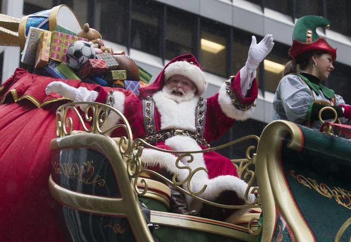 Estamos a una horas de Navidad y Google ya le sigue la pista a Santa Claus. Por medio de un portal puedes saber donde se encuentra así como cuántos regalos a repartido el también llamado Papá Noel. (Archivo AP)