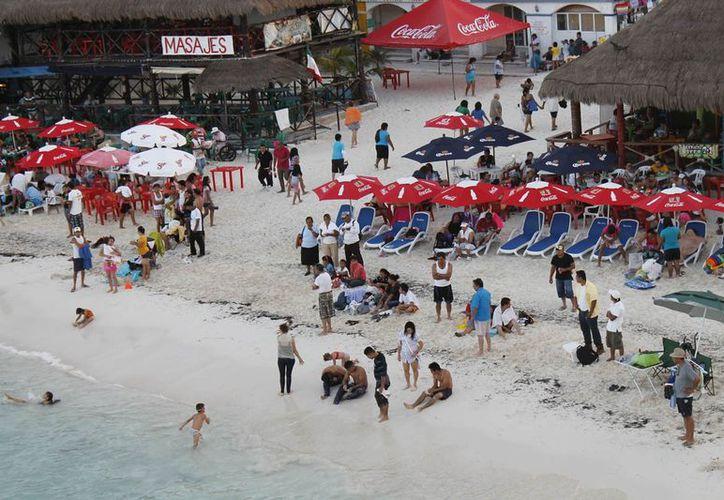 El lugar de reunión para pasar el día festivo fue junto al mar. (Jesús Tijerina/SIPSE)