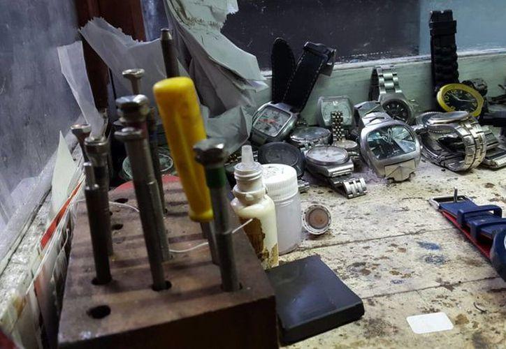 Los relojes con motores de resorte cuando se descomponen son difíciles de reparar. (Victoria González/SIPSE)