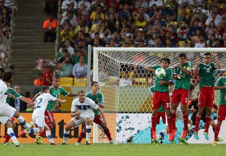 Tras superar las dificultades, los 'pamboleros' mexicanos llegaron a ver que México perdiera 2-1 ante Italia, en el Maracaná. (EFE)