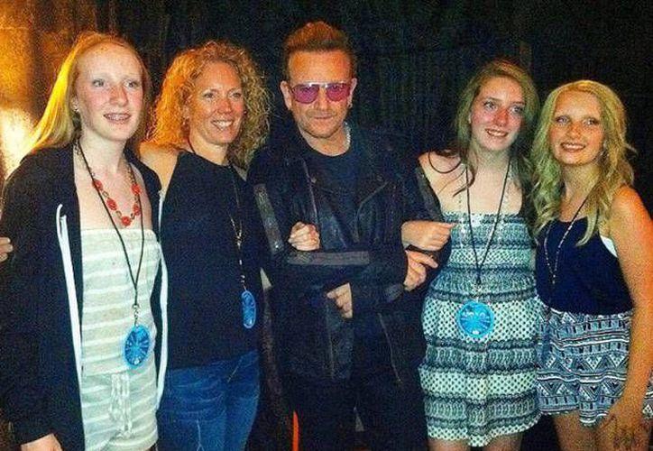 La orgullosa madre del brazo de Bono y su hija Lizzy Lawton, al extremo derecho de la foto, después del concierto en Denver.(@LizzyLawton)
