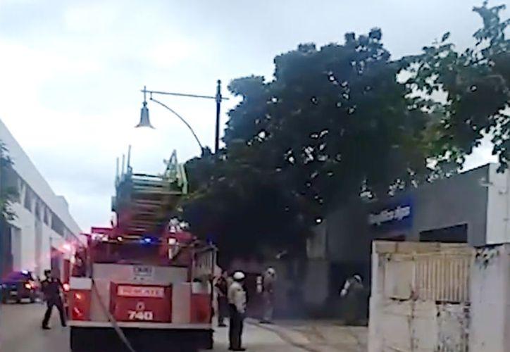 El lugar se llenó de elementos de la Secretaría de Seguridad Pública que acordonaron el área para apoyar el desempeño de los bomberos.