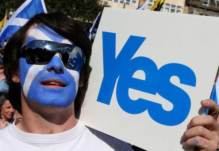 Escocia depende de Inglaterra desde el año 1707. En la imagen, un hombre lleva el rostro pintado con los colores de la bandera escocesa. (contenton.ru)