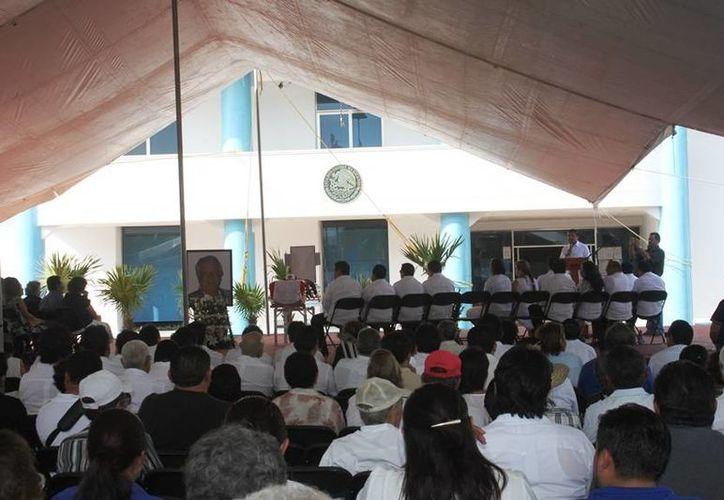 Los asistentes abarrotaron un gran toldo frente al Ayuntamiento. (Lanrry Parra/SIPSE)
