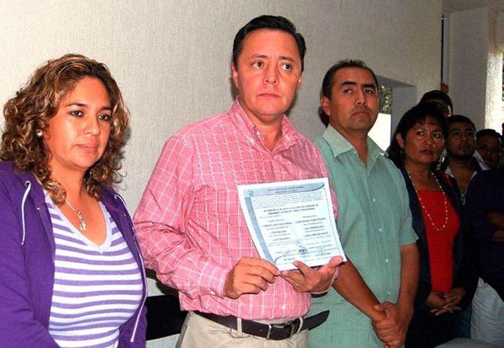 Francisco Javier García González (camisa a cuadros) es alcalde de Chilapa y padre de Alan García, joven de 22 años, quien fue baleado por desconocidos. La imagen es de archivo y corresponde a cuando el hoy edil recibió su constancia de mayoría como ganador de las elecciones. (priguerrero.com)