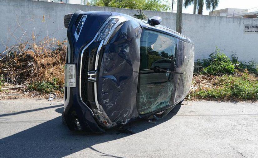 La camioneta terminó volcada del lado derecho, luego de ser impactada por un vehículo que se pasó el alto, en Ampliación Sodzil, Montes de Amé. (Milenio Novedades)