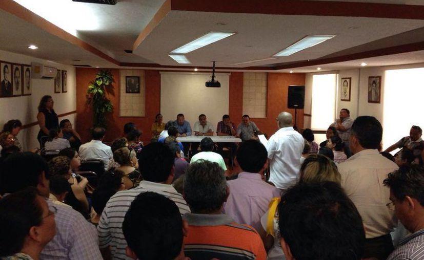 Maestros de Yucatán pidieron a los líderes de la Sección 57 del SNTE que intervengan ante la SEP para 'recuperar' dinero de aumento salarial y prestaciones que aún no les pagan. (Israel Cárdenas/SIPSE)