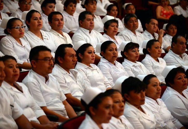 Personal de Enfermería de diversos institutos recibieron sendos reconocimientos en Salón Chichén Itzá del Centro de Convenciones Yucatán. (Milenio Novedades)
