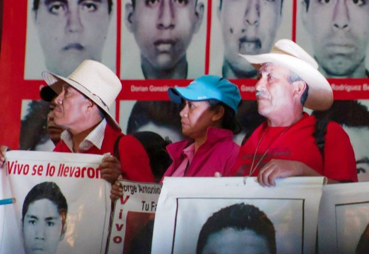 CIDH acusa a autoridades por  ocultar evidencias a los papás de los normalistas de Ayotzinapa. Imagen de una marcha, hace unos meses en el Zócalo, encabezada por familiares de los 42 estudiantes normalistas desaparecidos. (Archivo/Notimex)