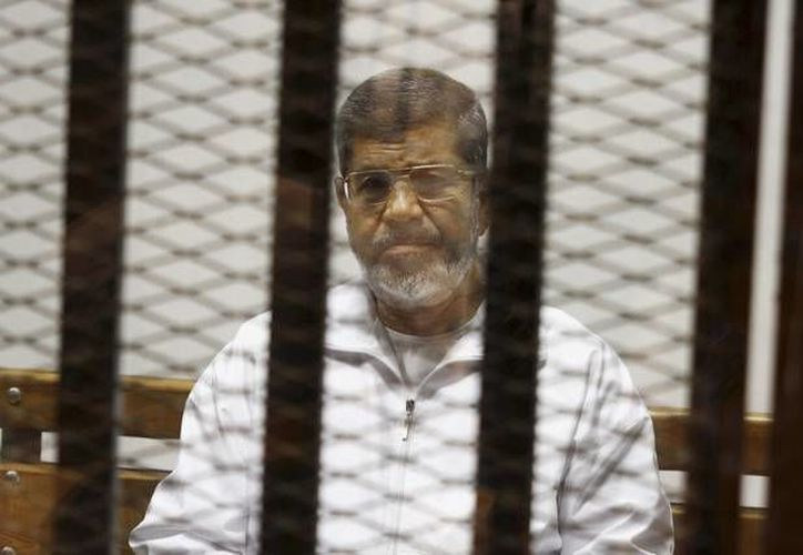 Además de Mohamed Mursi, 12 líderes de la Hermandad Musulmana y partidiarios islamistas fueron condenados también a 20 años de prisión. (AP)