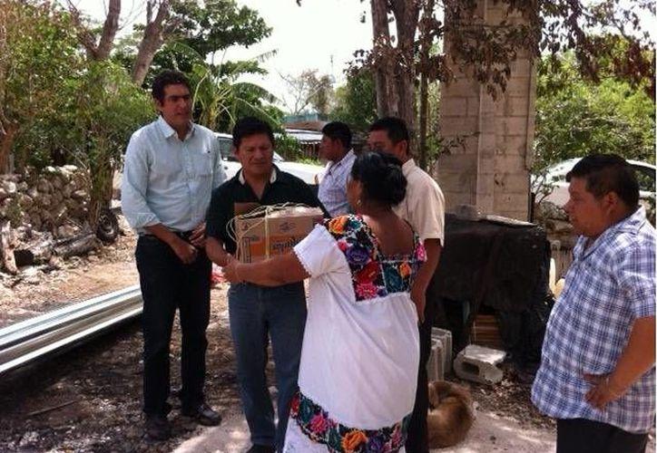 La familia Noh Moo recibe apoyo para superar las pérdidas del incendio. (Cortesía)