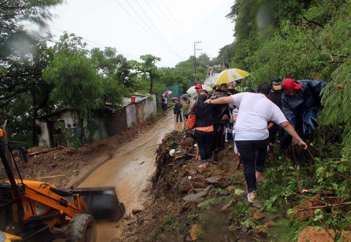 Varias comunidades de Guerrero se encuentran incomunicadas, por lo que se dificulta llevarles ayuda. (Notimex)