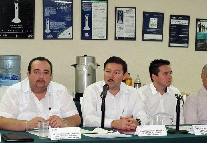 El secretario de Trabajo estatal, Enrique Castillo Ruz (c), dio a conocer el programa Capacitar. (Milenio Novedades)
