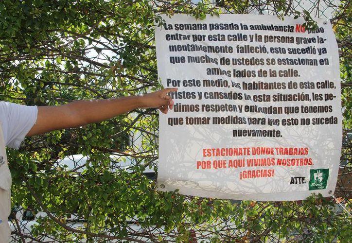 Los vecinos han colocado un mensaje, además de que uno de los vigilantes manifestó que también han estallado las llantas de los vehículos que ignoran la advertencia. (Tomás Álvarez/SIPSE)
