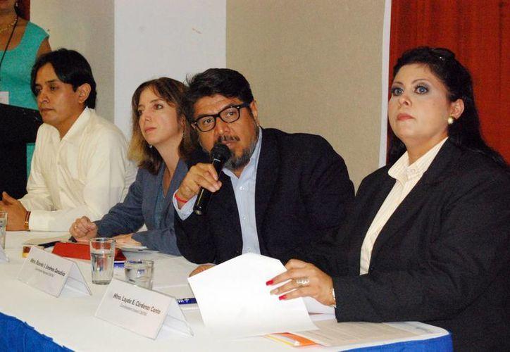 La directora de la asociación civil Ciudadanos por Municipios Transparentes, Layda Cárdenas Canto (primera a la derecha), aseveró que se midió la disponibilidad de la información sin necesidad de trámites. (Milenio Novedades)