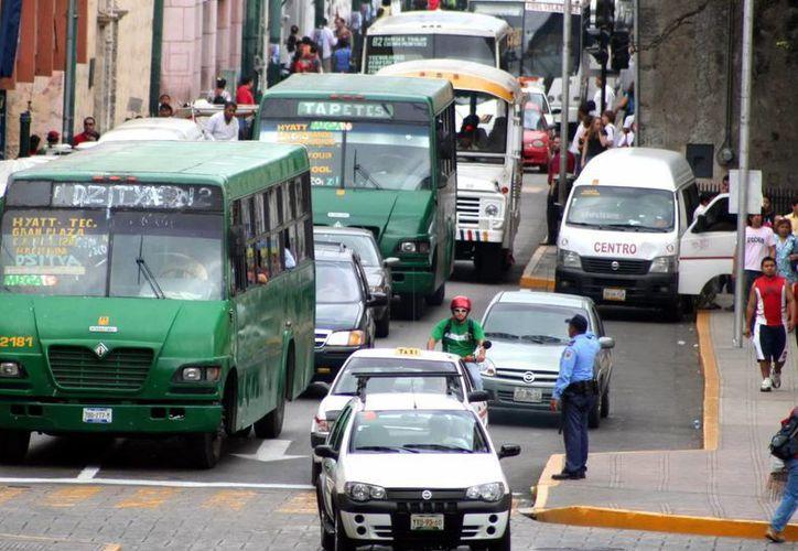 El transporte público, el máximo agente contaminador en la ciudad. (Milenio Novedades)