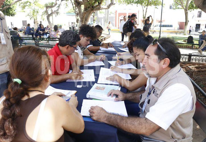 Toman clases en el parque. (José Acosta/Novedades Yucatán)